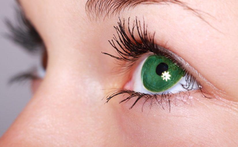 Jak dbać o skórę pod oczami w młodym wieku?